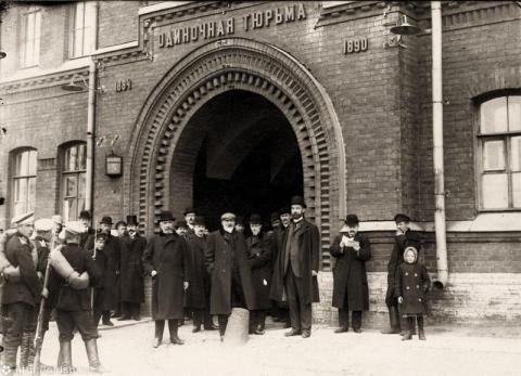 Арестованные депутаты у ворот Крестов
