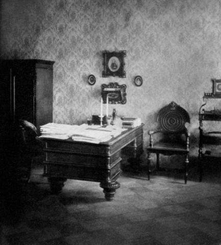 Рабочий кабинет писателя в последней квартире в Петербурге