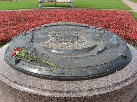 Памятный камень «Здесь находился крупнейший центр внешней торговли Российской империи»
